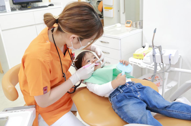 お子様が歯医者さんを怖がらないような治療を心がけています。